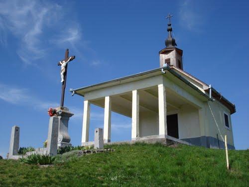 Szent Anna kápolna és Szent Anna tó a Sár-hegyen